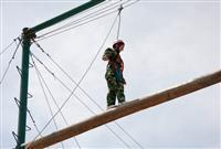 高空独木桥拓展项目_锻炼个人的勇气、自信心