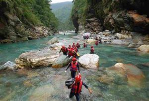 溯溪探险_嬉戏清澈的山泉水,尽情享受大自然的森林浴,观赏奇花异果,探寻原始丛林之奥秘。