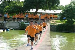 水上蛇形桥拓展项目
