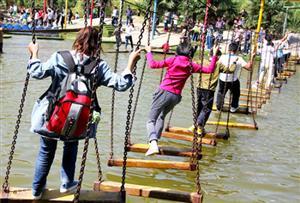 水上秋千_勇于挑战困难和找出解决困难的方法。