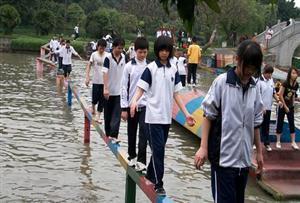 水上平衡木_考驗參加學員的心理素質和協調平衡能力。